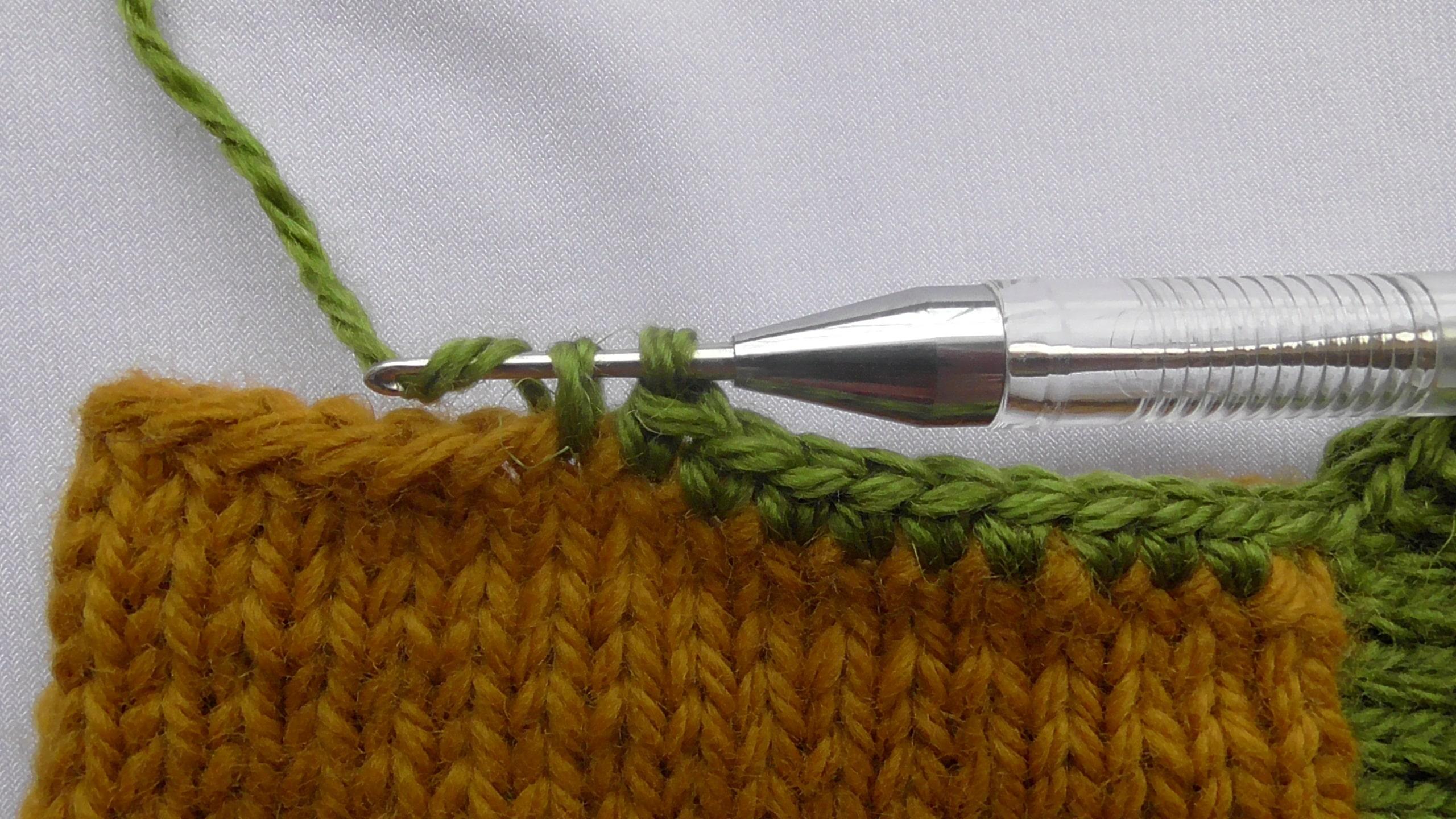 Обвязывание крючком края следка
